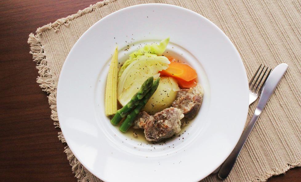 豚肉と野菜の旨味がおいしい「塩麴豚とトロトロ野菜の具だくさんポトフ」
