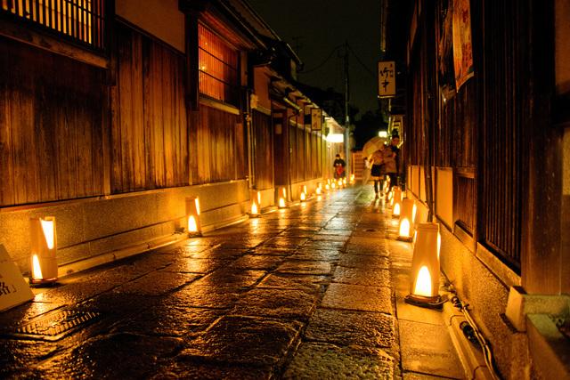 幻想的な光が古都を包む!「灯り」がテーマの「京都・東山花灯路-2018」
