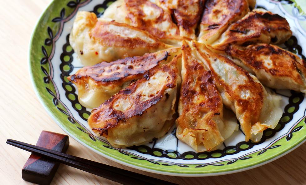 暑い夏を乗り切るスタミナレシピ!豚キムチとピーマンのピリ辛餃子