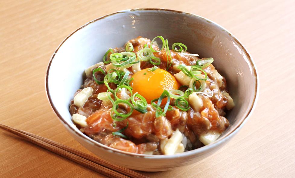納豆で主役級のメニューを!醤油麹香る「納豆とサーモンのねばねば丼」